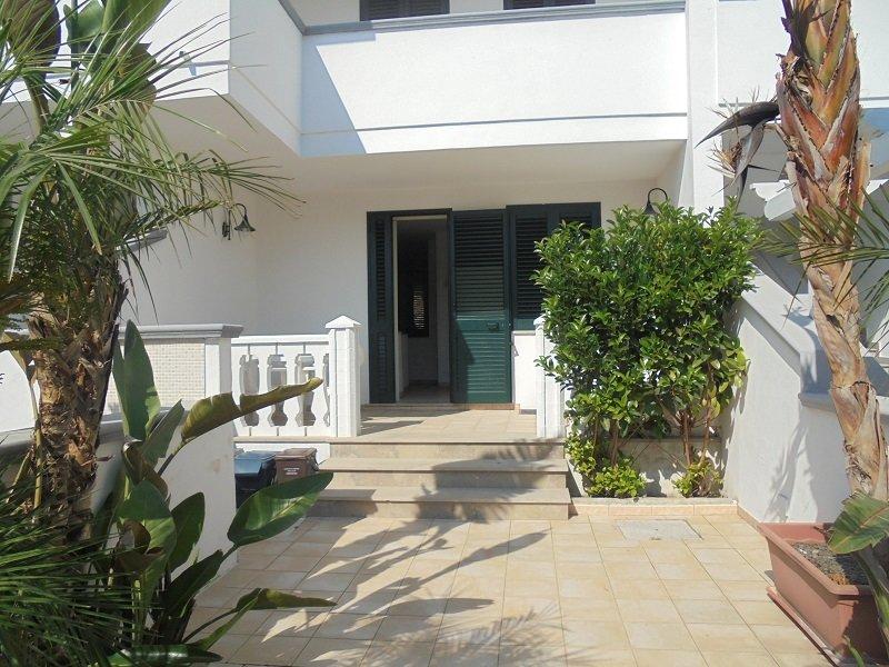 Ampia villetta con giardino - 4 camere, holiday rental in Torre San Giovanni