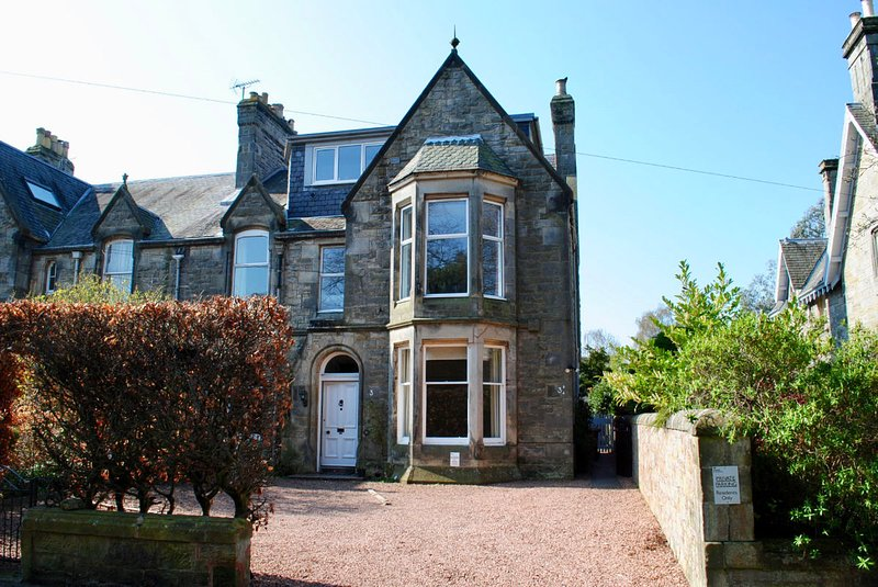 3A Kennedy Gardens  Fabulous 1st Floor Apartment, holiday rental in Strathkinness