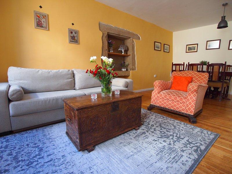 Salon spacieux et lumineux avec canapé-lit double et table à manger extensible