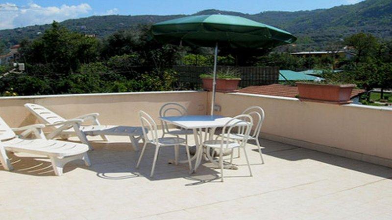 Privéterras en tafelstoelen in casa robertina appartement op bovenste gebouw vakantie verhuur Sorrento