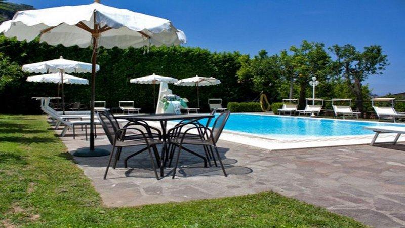 Gedeeld zwembad, solarium en tuin op complex met onafhankelijke appartementen en casa robertina sorrento