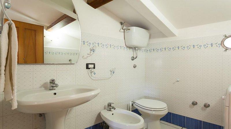 Badkamer met douche in Casa Robertina appartement op bovenste gebouw ideaal familie vakantie in Sorrento
