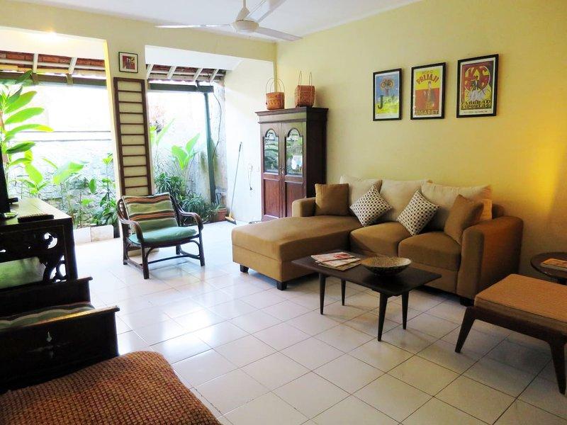 'Rumah Joe' - Cozy & Artistic House in Beautiful Area, Ferienwohnung in Bogor