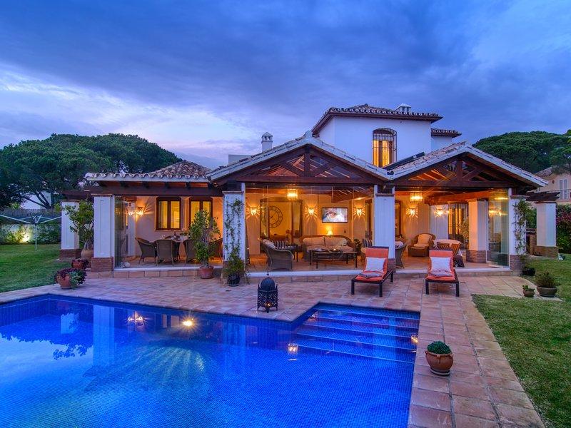 Elegant villa in Benamara with pool, garden, WiFi and BBQ, holiday rental in El Paraiso