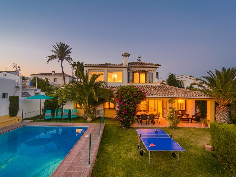 Typical beach house, ping pong table, pool (45m2), garden, holiday rental in Elviria