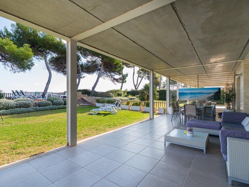 Las Gaviotas - Spectacular beachfront villa with garden in Platja de Muro, location de vacances à Playa de Muro