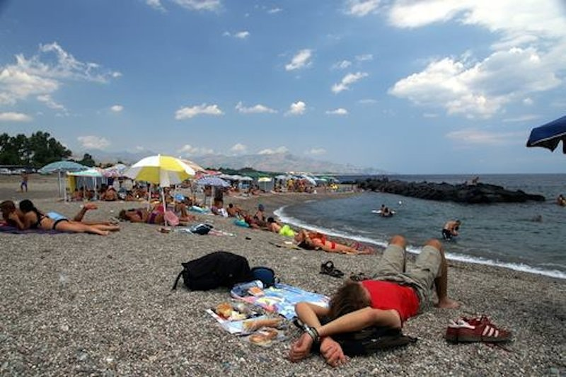 APPARTAMENTO FRONTE MARE-VISTA VULCANO ETNA  SOLE/MARE/MONTAGNA, vacation rental in Mascali