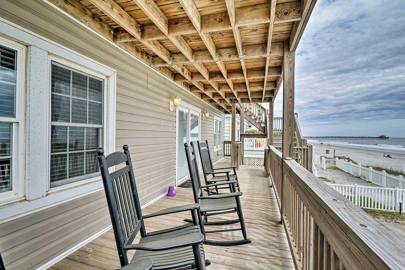 Siéntese en el porche y disfrute de la brisa del océano y de las impresionantes vistas al mar.