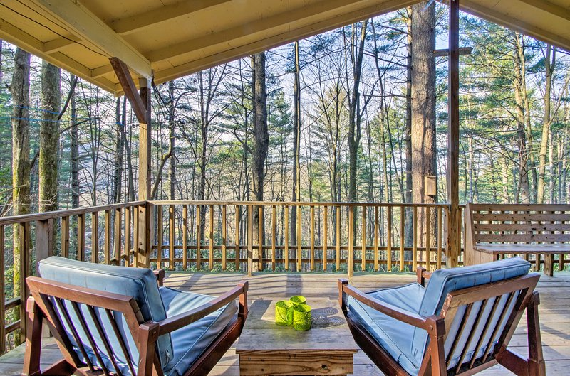 Charming Hendersonville Cottage w/Porches & Views!, holiday rental in Penrose