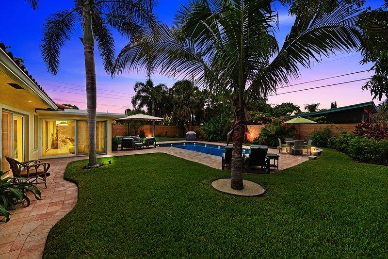 Vista al jardín con puesta de sol