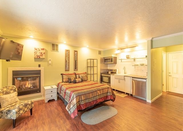 Sparkling Clean First Floor Condo ~ Walking Distance to Downtown Bend!, holiday rental in Tumalo