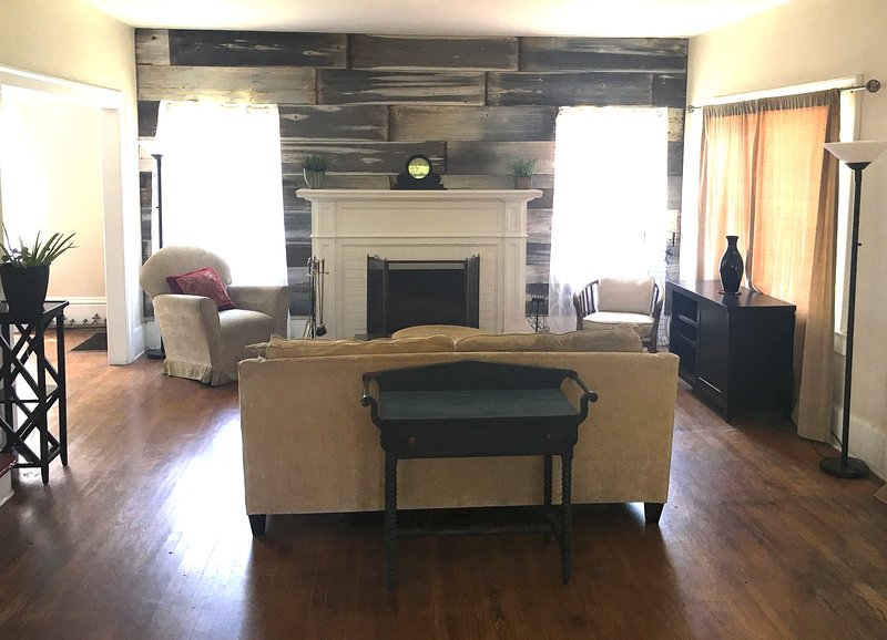 Lovely Tower Bungalow, holiday rental in Fresno