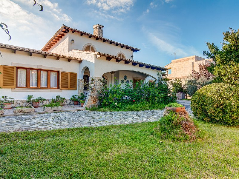 Quic - Beautiful villa with large garden in Platges de Muro, location de vacances à Playa de Muro