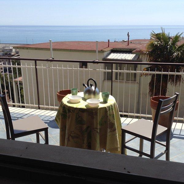 Casa Gabri, comodo appartamento con terrazzo vicino centro storico e spiaggia, vacation rental in Maranola