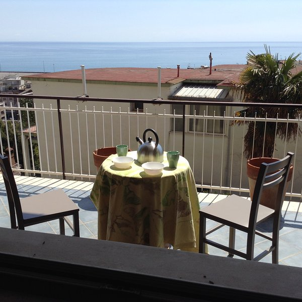 Casa Gabri, comodo appartamento con terrazzo vicino centro storico e spiaggia, aluguéis de temporada em Trivio