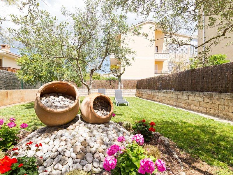 Roses - Beautiful villa with garden in Port d'Alcúdia, Ferienwohnung in Port d'Alcúdia