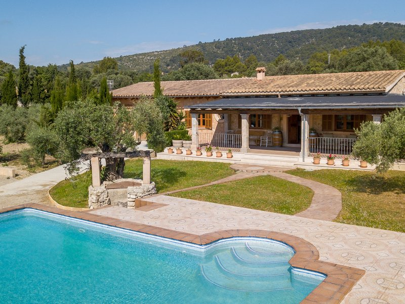 Ses Comes - Beautiful villa with pool and garden in Lloseta, casa vacanza a Lloseta