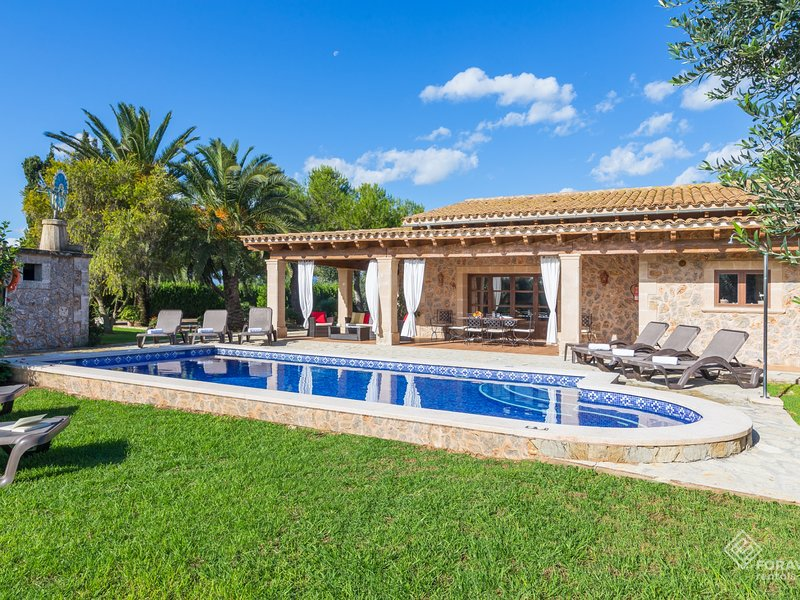 Son March - Spectacular villa with pool and garden on the outskirts of sa Pobla, holiday rental in Sa Pobla