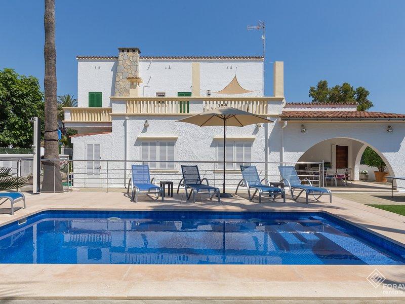 Villa Comes - Beautiful villa with private pool 50 metres from the beach, alquiler de vacaciones en Port d'Alcudia