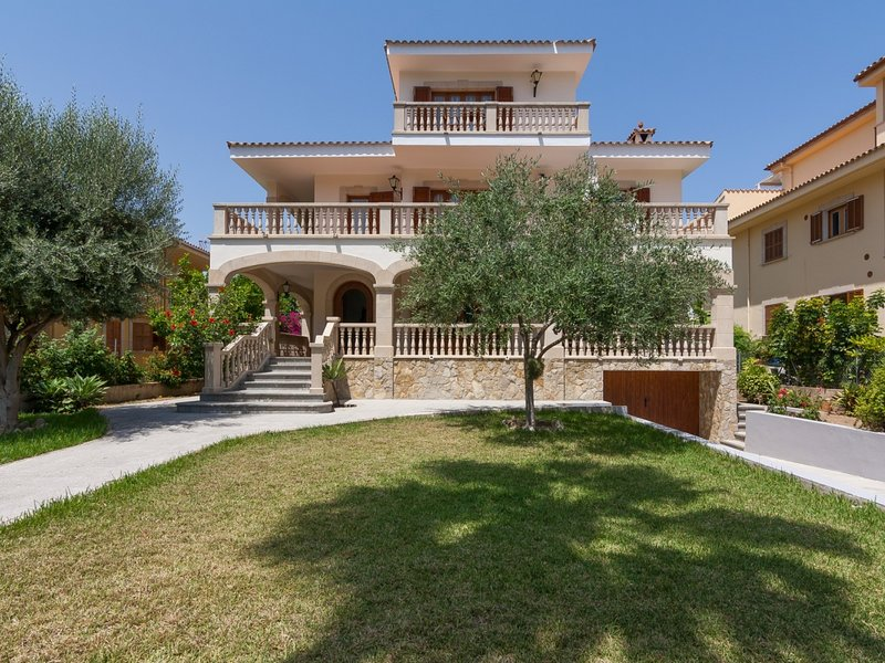 Voramar - Large villa with garden just 20 m from the beach in Port d'Alcúdia, holiday rental in Alcudia