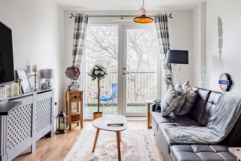 Close to stations with Skyscraper, Park and canal facing views; Rarest, holiday rental in Stratford City