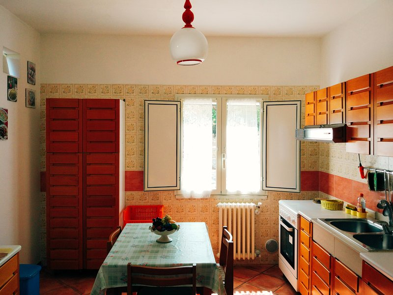 Equipped kitchen, with fridge, oven and washing machine