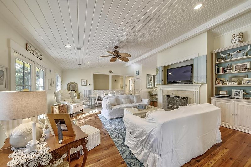 Southern Beach Living, Private Pool & Spa, 3 Minute Walk to Beach, location de vacances à Hilton Head