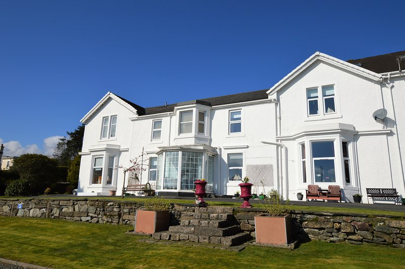 Estuary Apartment, shore front location, new Easter 2019, holiday rental in Rosneath