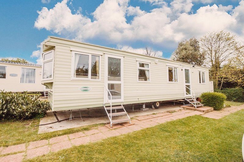 Great 6 berth caravan on a superb holiday park in Norfolk ref 10020RP, holiday rental in Haddiscoe