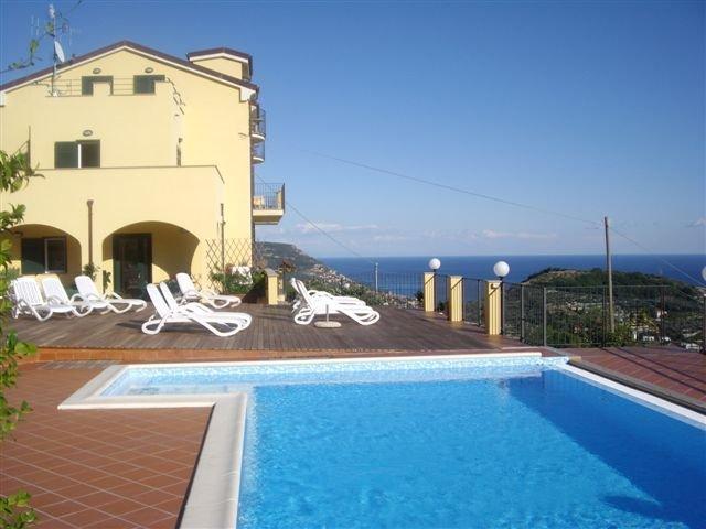 Nice apartment with shared pool, casa vacanza a Bardino Nuovo