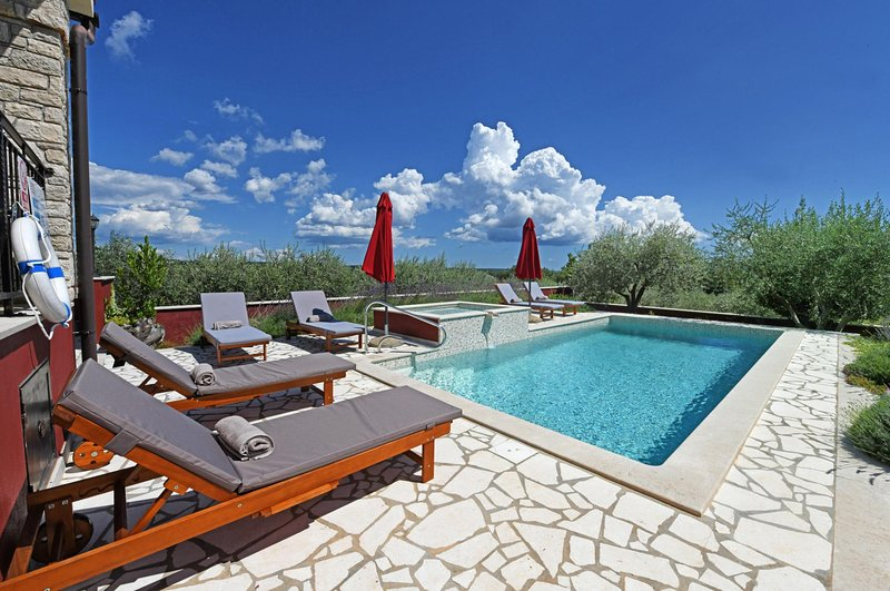 Jakici Villa Sleeps 6 with Pool Air Con and WiFi - 5676512, holiday rental in Vosteni