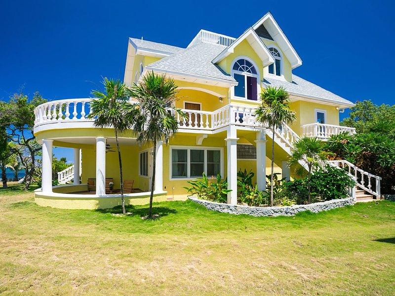 Ruim huis op drie niveaus met talrijke overdekte en aan het licht gebrachte terrassen.