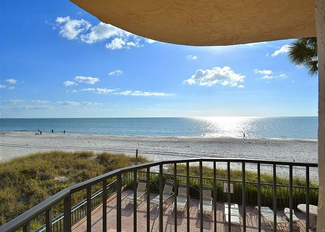 Trillium 1A South Corner/Amazing Remodel/Stunning View from balcony!, location de vacances à Madeira Beach