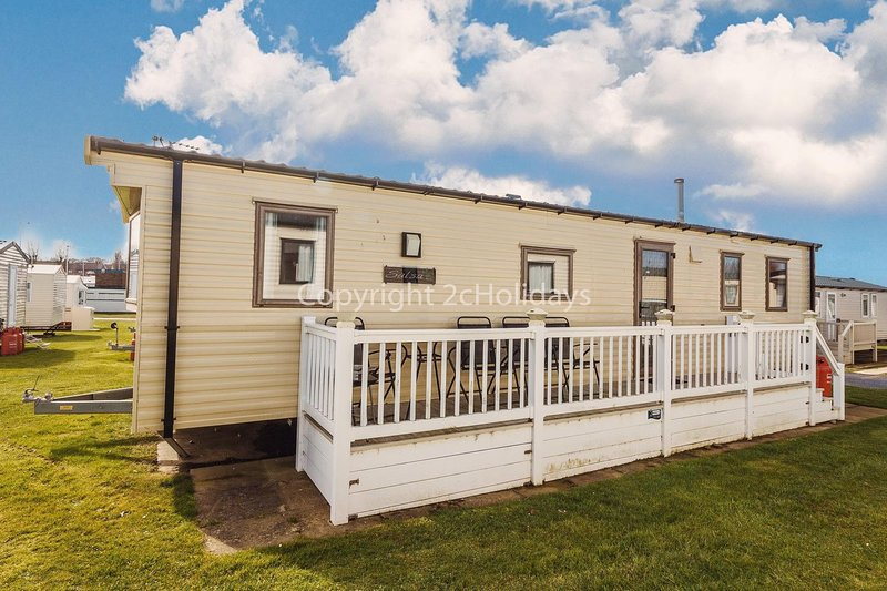 Immaculate Hopton holiday home, by the beach in Norfolk ref 80047F, vacation rental in Hopton on Sea