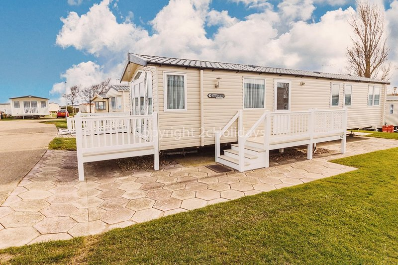 Luxury caravan at Hopton holiday park to hire in Norfolk ref 80085G, vacation rental in Hopton on Sea