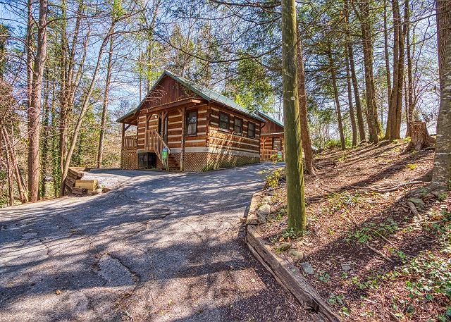 Romantic Gatlinburg Log Cabin near Downtown Shopping, Restaurants, & Park!, location de vacances à Gatlinburg