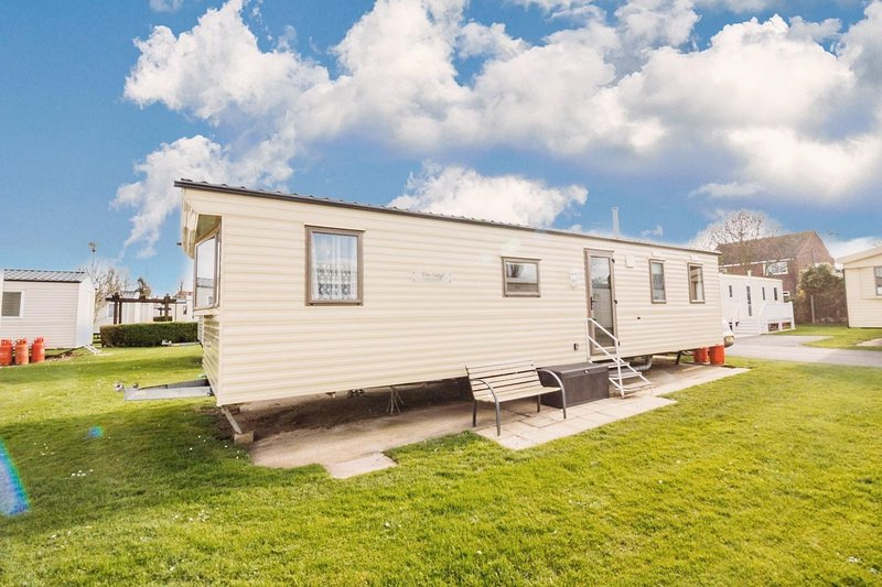 Immaculate seaside Hopton caravan for hire sleeping 8 ref 80085S, vacation rental in Hopton on Sea