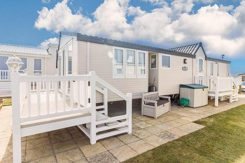 Luxury FULL Sea view caravan for hire at Hopton right near the beach ref 80010H, vacation rental in Hopton on Sea