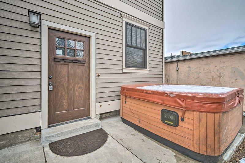 Cette maison en rangée de 3 chambres et 3 salles de bains pour 9 dispose d'un bain à remous privé et plus encore.