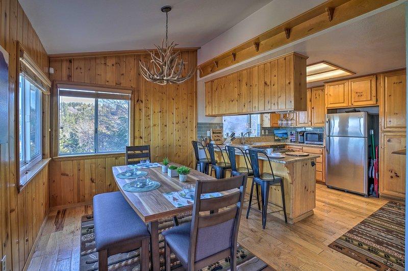 Ta en plats och njut av semester på detta 3-bädds, 2,5-bastu hem i Running Springs!