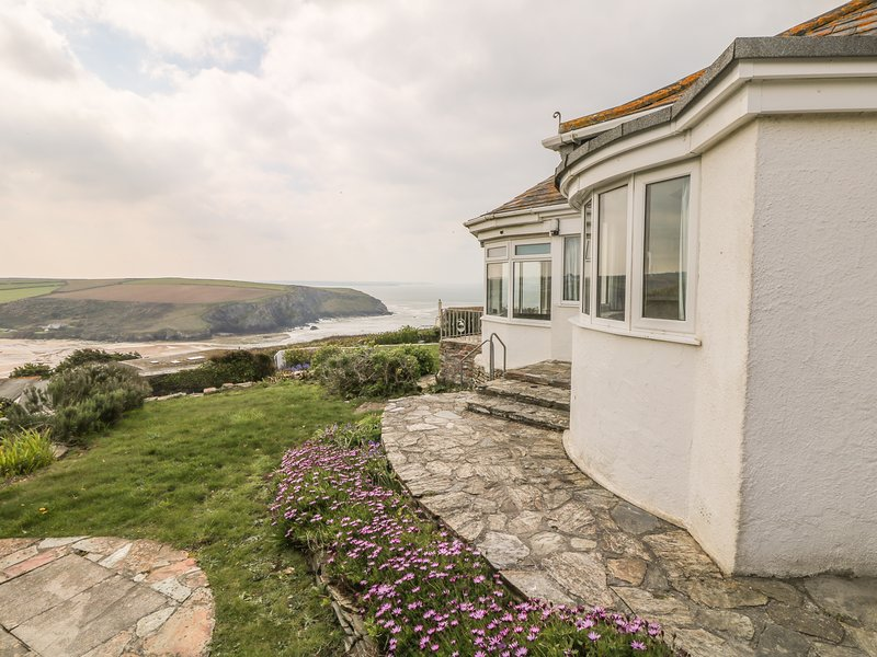 GWILLEN welcoming family home, tiered garden, overlooking the beach at Mawgan, vacation rental in Trenance