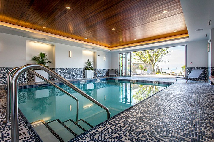 Guests have access to amenities at nearby QBI. Pool, sauna, hot tub, gym and restaurant.