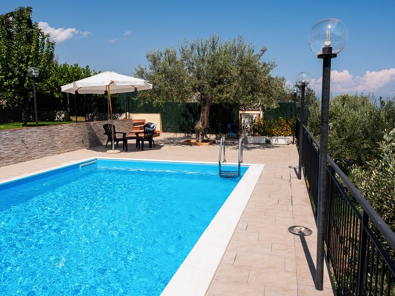 Nice villa with swimming-pool, holiday rental in Casalvecchio Siculo