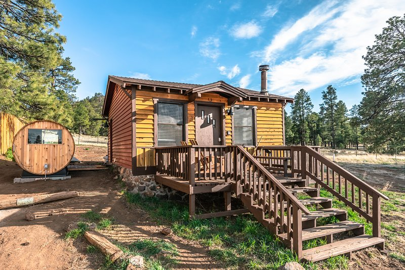 Tiny Mountain View Sauna Cabin in a National Forest, holiday rental in Flagstaff
