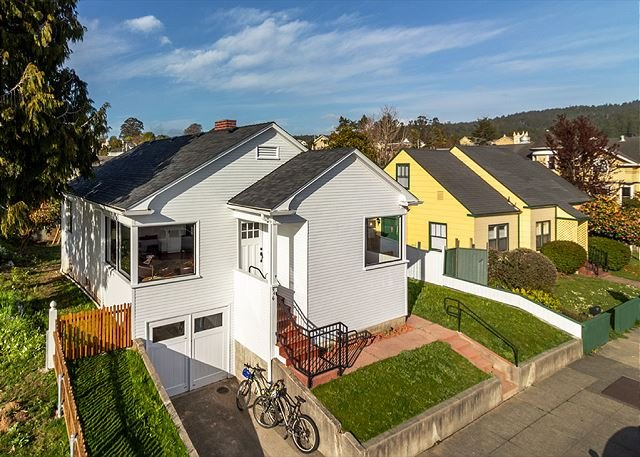 Los Bagels Bungalow Footsteps to fun in downtown Arcata/Plaza Bikes included!, vacation rental in Arcata