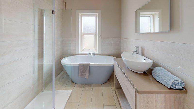 Baño familiar recién reformado. Bañera y ducha independientes.