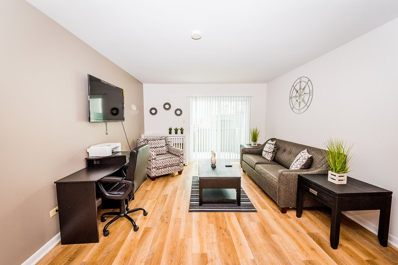 ⭐Perfect Getaway⭐Comfy King Bed✔Fast WiFi✔Smart TV✔Business Workspace✔Peaceful✔, aluguéis de temporada em Glen Ellyn