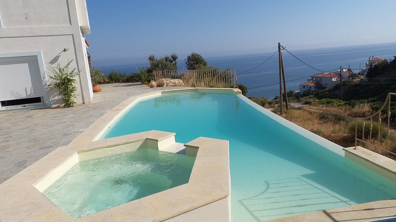 Villa and swimming pool  private 100 m from the beach, holiday rental in Votsalakia