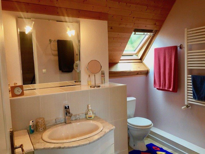 Salle de bain partagée avec douche au dernier étage pour les chambres 3 et 4