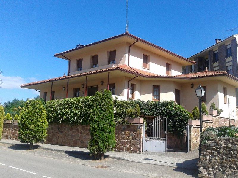 Excelente casa muy cerca de Ezcaray con 4 habitaciones, jardín y chimenea, holiday rental in Zorraquin